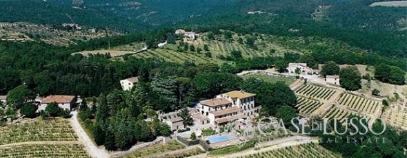Tenuta nel cuore della Toscana immersa in un parco secolare tra Siena e Firenze