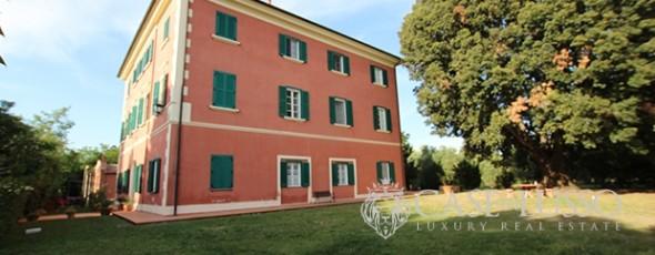 Fattoria con villa padronale e vari fabbricati annessi a pochi minuti dal mare della Toscana