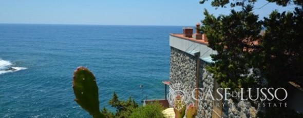 (it) Villa in posizione esclusiva direttamente sulla scogliera fronte mare