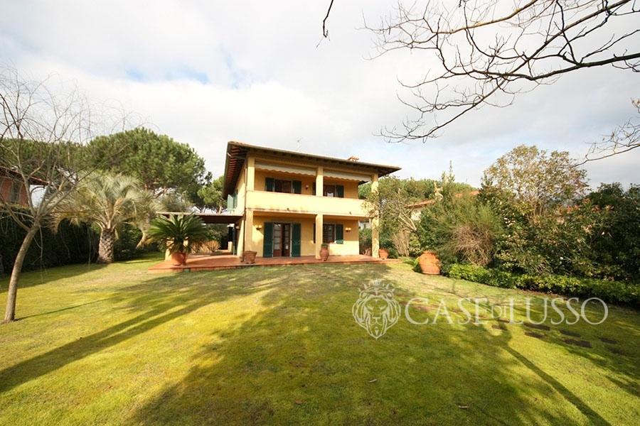Villa in tipico stile toscano a forte dei marmi case di for Piccole case in stile toscano