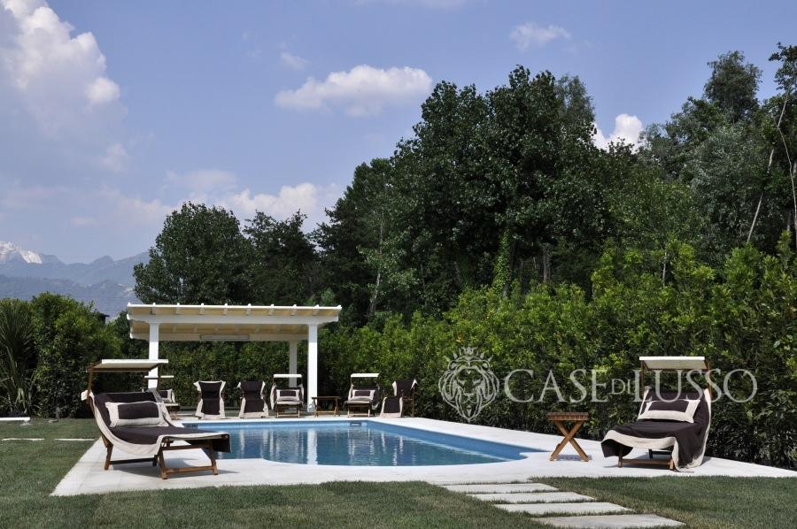 Villa di nuova costruzione con piscina a forte dei marmi for Case di lusso di nuova costruzione