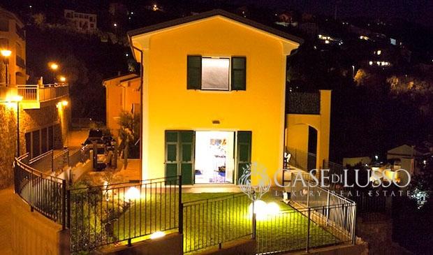 Villa bifamiliare panoramica con eccezionali finiture a for Cabina con avvolgente portico