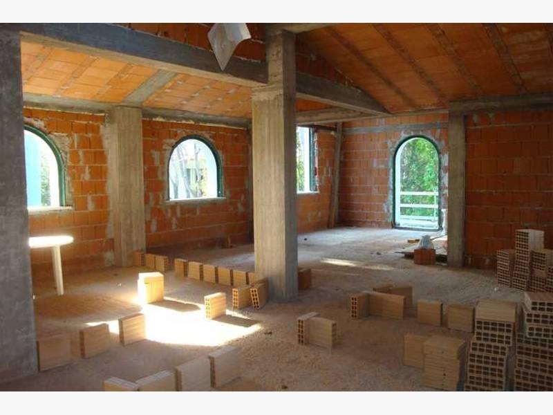 Villa di nuova costruzione vicino al mare case di lusso for Dimensioni finestre velux nuova costruzione